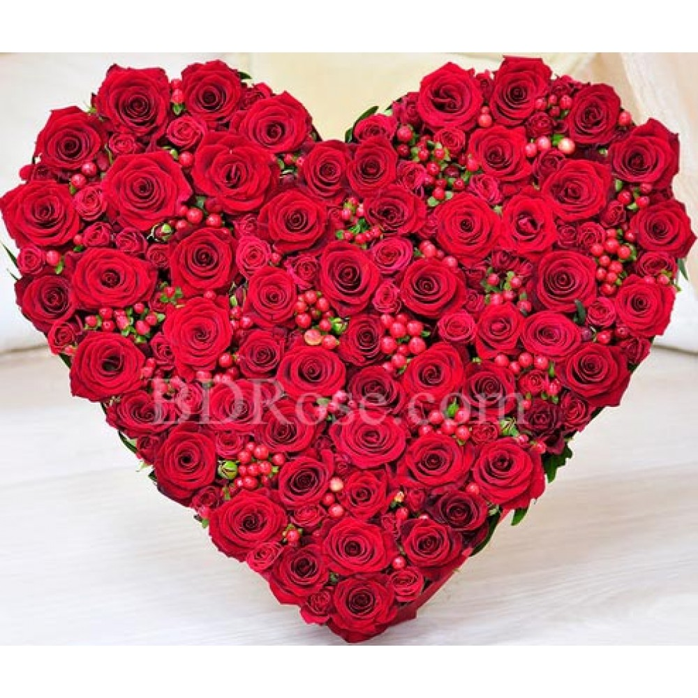 100 pcs heart shape red roses in a basket